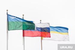 Администрация. Осень. Нижневартовск, флаг хмао, флаг россии, флаг нижневартовска