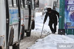 Профилактическое мероприятие «Автобус» Дорожные полицейские проверяют соответствие технического состояния. Курган, автобусная остановка, дедушка, пазик, автобус, пожилой мужчина, сугробы в городе, маршрутка, сугроб на тротуаре, паз