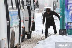 Профилактическое мероприятие «Автобус» Дорожные полицейские проверяют соответствие технического состояния. Курган, сугроб, дедушка, пазик, автобус, сугроб на дороге, пожилой мужчина, маршрутка, паз, старый человек, мужчина с тросточкой