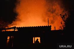 Мариуполь. Мародерство и пожар в поспешно оставленной военными воинской части. Украина, пожар, вечер, силуэт