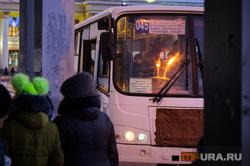 Общественный транспорт. Екатеринбург, автобусная остановка, маршрут 045, маршрутка