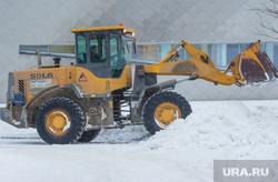 Уборка снега. Ханты-Мансийск, экскаватор, уборка снега