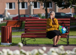 Город летом. Сургут, старость, пожилая женщина, пенсия, бабушка на скамейке