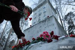 Возложение цветов на могиле