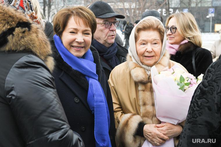 Возложение цветов к стеле у Ельцин Центра. Екатеринбург