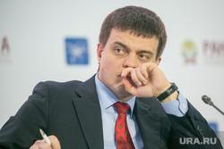 Гайдаровский форум - 2019. День второй. Москва, портрет, рука у лица, котюков михаил