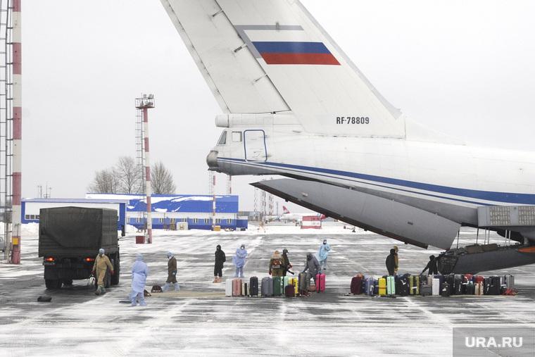 Высадка пассажиров из самолета Ил-76 военно-космических сил России прилетевшего из Китая. Тюмень