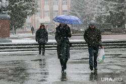 Снег в городе. Курган, прохожие, зонтик, мокрый снег, снег в городе