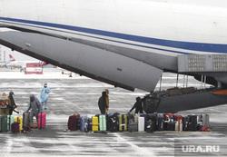 Высадка пассажиров из самолета Ил-76 военно-космических сил России прилетевшего из Китая. Тюмень, эпидемия, впп, карантин, рощино, ил-76, взлетно-посадочная полоса