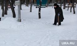 Курган (снег, улицы, газовые трубы), снег, зима, бабушка, пенсионерка с палочкой