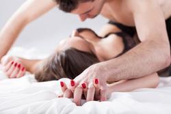 Клипарт depositphotos.com, секс, руки в замок, влюбленная пара, поцелуи, объятия, страсть, лежать в посели, пара в кровати, прикосновения