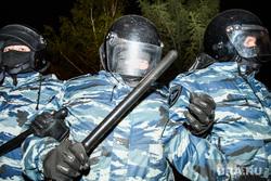 Третий день протестов против строительства храма Св. Екатерины в сквере у театра драмы. Екатеринбург, омон, оцепление, полицейская дубинка