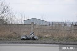 Мусор окраины Кургана. Апрель 2014 года, мешки с мусором, забор