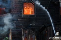 Пожар в деревянном доме по улице 8 марта. Екатеринбург, деревянный дом, пожар, тушение пожара, пожарный