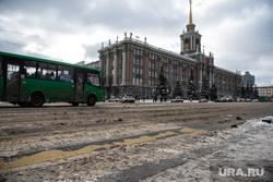 Виды города. Екатеринбург, администрация екатеринбурга, пешеходный переход, слякоть, площадь1905 года, грязный снег, здание, мэрия екатеринбурга