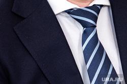 Пресс-конференция о реализации муниципальной программы «Формирование современной городской среды в Екатеринбурге». Екатеринбург, депутат, политик, чиновник, галстук, пиджак, деловой костюм, парламентарии, дипломат, рубашка