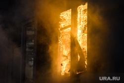 Пожар в деревянном доме по улице 8 марта. Екатеринбург, пламя, огонь, окно, горящий дом, дом горит