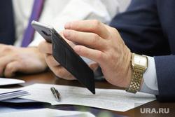 Заседание комитета по бюджету, финансовой и налоговой политике. Курган, ручка, документы, телефон, смартфон, чиновник, рука, бумаги, политика, рука, часы orient