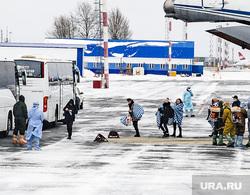 Высадка пассажиров из самолета Ил-76 военно-космических сил России прилетевшего из Китая. Тюмень, эпидемия, карантин, впп, рощино, ил-76, взлетно-посадочная полоса
