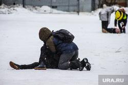 Улицы города. Курган, снег, подростки, дети, школьники, уличная драка