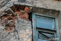Аварийный жилой дом по адресу Коли Мяготина 74. Курган, аварийный дом, разруха, старое окно, деревянная рама, гнилые кирпичи
