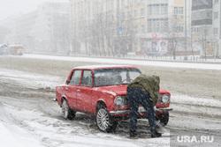 Пасхальный крестный ход. Екатеринбург, копейка, автомобиль, ретро автомобиль, снегопад, чистит машину, непогода, жигули