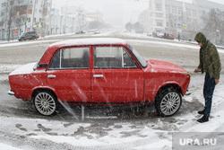 Пасхальный крестный ход. Екатеринбург, копейка, автомобиль, ретро автомобиль, снегопад, чистит машину, жигули