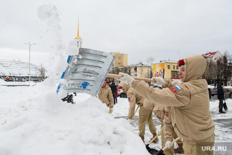 Юнармейцы чистят от снега памятник Николаю Кузнецову. Екатеринубрг