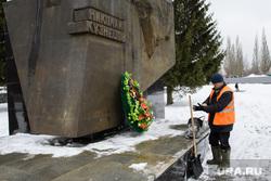Юнармейцы чистят от снега памятник Николаю Кузнецову. Екатеринубрг, уборка снега, дворники, коммунальные службы, памятник николаю кузнецову