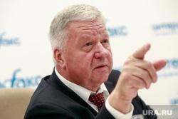 Пресс-конференция Михаила Шмакова в Интерфакс. Москва, шмаков михаил, указательный палец