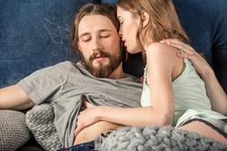 Клипарт depositphotos.com, секс, влюбленная пара, поцелуи, объятия, страсть, лежать в посели, пара в кровати, прикосновения