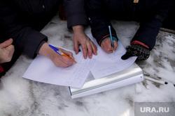 Митинг против сокращения врачей и закрытия отделений в районной больнице. Село Уинское. Пермский край , сбор подписей, ручка в руке, руки