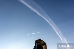 Улица Ленина, до реконструкции: виды, вывески, витрины, реклама. Тюмень., улица ленина, линия, самолет, след от самолета, взгляд в небо