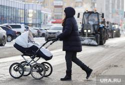 Снегоуборочная техника. Курган, уборка снега, мама с коляской, зима, снегоуборочная машина, снегоуборочная техника, пешеход, детская  коляска