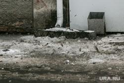 Чистка крыш от снега. Курган, сосульки падают, падение льда