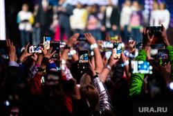 Церемония вручения ежегодной премии «Доброволец России - 2019». Сочи, концерт, телефоны, публика, зрители, толпа, международный форум добровольцев