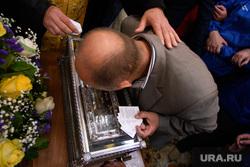 Мощи святителя Спиридона Тримифунтского в Храме на крови. Екатеринбург, паломники, паломничество, мощи спиридона тримифунтского, целование мощей