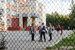 Рейд с активистами ОНФ для первичного осмотра аварийно-опасных участков дорог вблизи образовательных учреждений. Курган, сетка, ученики, дети, школа, перемена, самокат, гимназия 27
