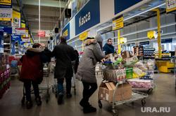 Люди закупают продукты в гипермаркетах во время пандемии коронавируса. Екатеринбург, продукты, гипермаркет, магазин, супермаркет, продуктовый магазин, коронавирус, пандемия, очереди