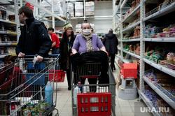Люди закупают продукты в гипермаркетах во время пандемии коронавируса. Екатеринбург, продукты, гипермаркет, супермаркет, коронавирус, пандемия, маска защитная