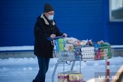 Люди закупают продукты в гипермаркетах во время пандемии коронавируса. Екатеринбург, корзина, продукты, тележка, гипермаркет, защитная маска, супермаркет, продуктовый магазин