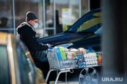 Люди закупают продукты в гипермаркетах во время пандемии коронавируса. Екатеринбург, корзина, продукты, тележка, гипермаркет, магазин, супермаркет, коронавирус