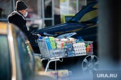 Люди закупают продукты в гипермаркетах во время пандемии коронавируса. Екатеринбург, корзина, продукты, тележка, гипермаркет, супермаркет, коронавирус, пандемия