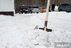 Уборка снега во дворах на улице Майской. Сургут, сугроб, лопата, уборка снега