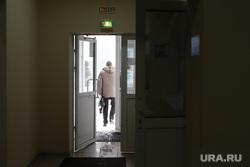 Пресс конференция в департаменте здравоохранения. Курган, выход, открытые двери, ушел
