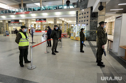 Меры защиты от инфекции на железнодорожном вокзале. Челябинск , досмотр, медицинские маски, металлоискатель, коронавирус, жд вокзал челябинск, контроль на рамке металлоискателя