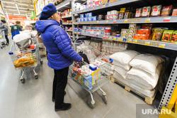 Ситуация в супермаркете Лента на фоне ажиотажа связанного с эпидемией коронавируса. Челябинск, продукты, сахар, продуктовые полки, тележка с продуктами