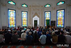Полуденный намаз в соборной мечети Сургута, мечеть, ислам, намаз, мусульмане, религия, молитва