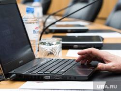 Заседание комитета в Думе города. Сургут, ноутбук, рука на клавиатуре