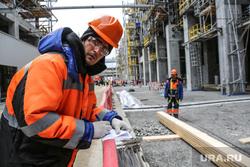 Строительство второй очереди завода СИБУР. Тобольск, рабочий в каске, стройка, запсибнефтехим